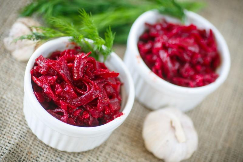 Рецепт салата со свеклой, который полюбят даже самые ярые ненавистники этого овоща. Правильная заправка кардинально меняет вкус.