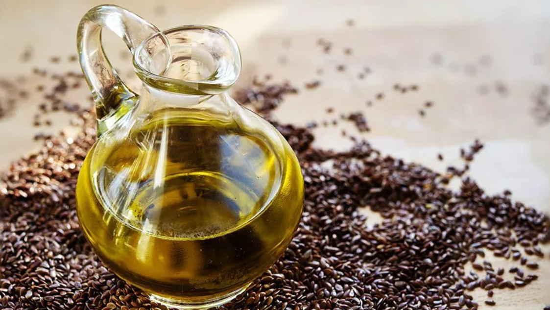 Ложка льняного масла целебнее дорогого лекарства: 5 ценных рецептов применения