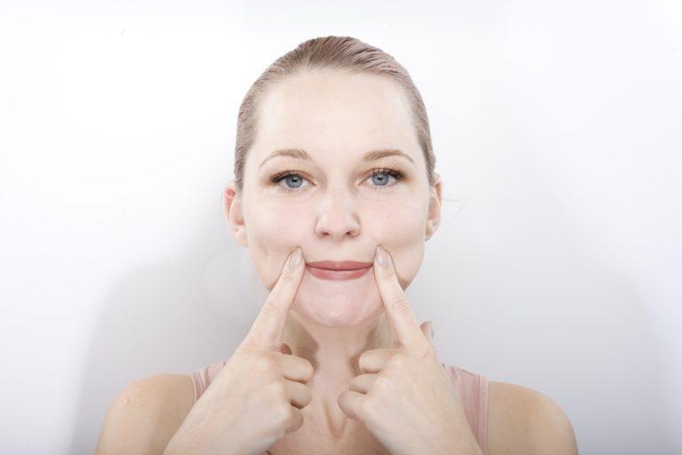 Эта зарядка для лица поможет поднять уголки губ без визита к врачу