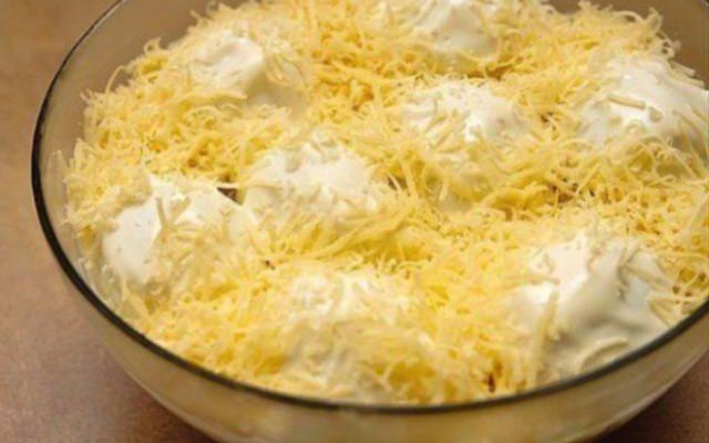 Вкусный и сытный салат «Мужские грезы» поразит вас своей простотой и потрясающим вкусом.