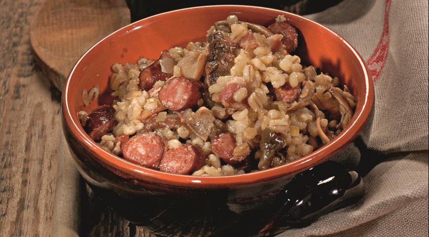 Перловка с копчеными колбасками и грибами