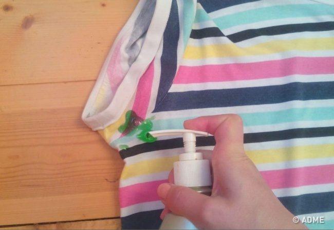 Как убрать следы дезодоранта с одежды