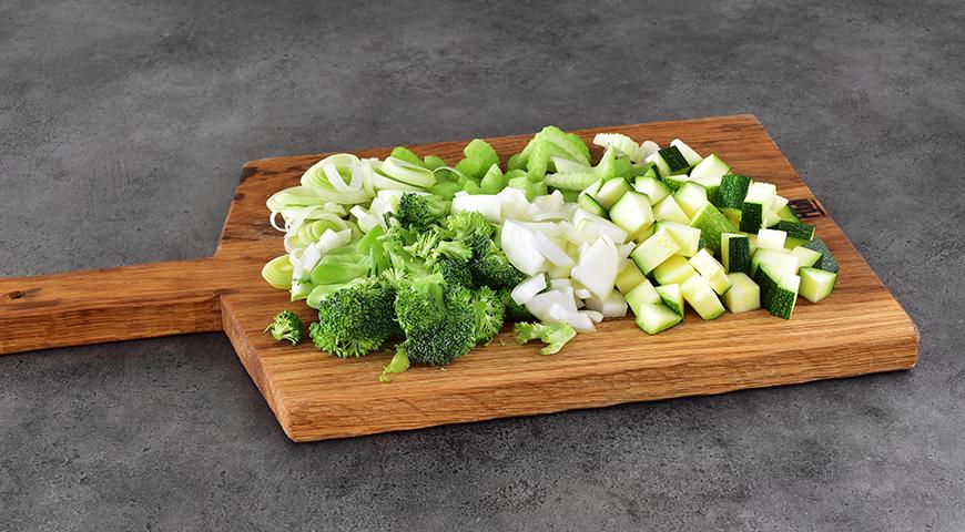 Суп из зеленых овощей и хлеб с отрубями