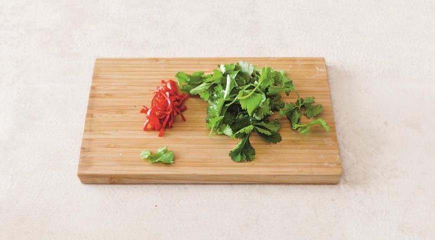 Острый салат из креветок с авокадо