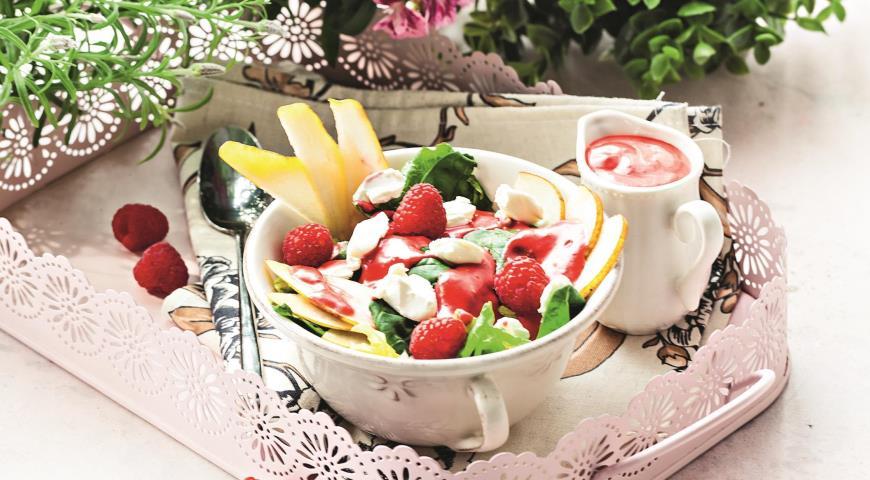 Салат с грушами, малиной и орехами