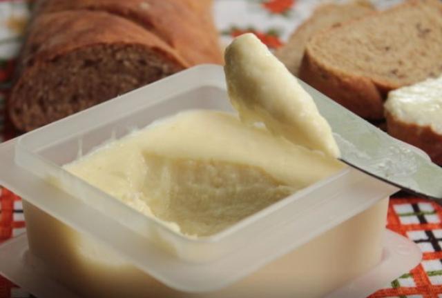 Домашний плавленый сыр гораздо полезнее магазинного, а готовится без лишних хлопот в три счета.
