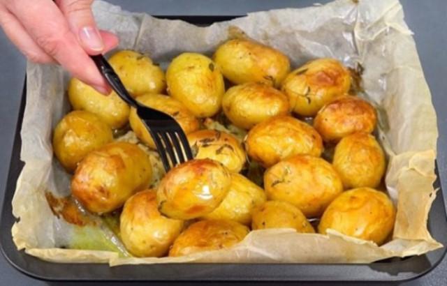 Румяный и аппетитный молодой картофель в духовке — один из таких рецептов, к которым хочется возвращаться вновь и вновь.