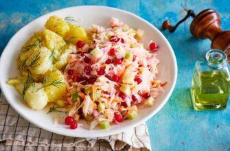 Салат из квашеной капусты с редькой, клюквой и тмином