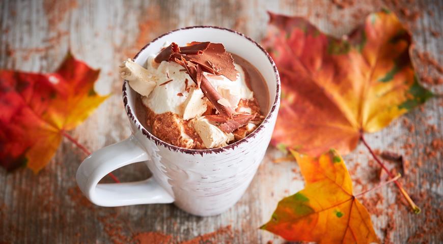 Какао со взбитыми сливками и зефиром