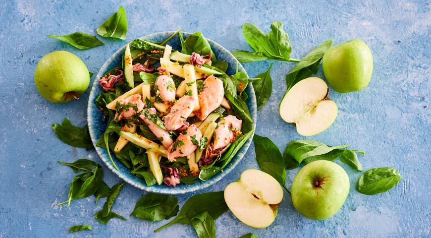 Теплый салат из мини-кальмаров, яблок и шпината
